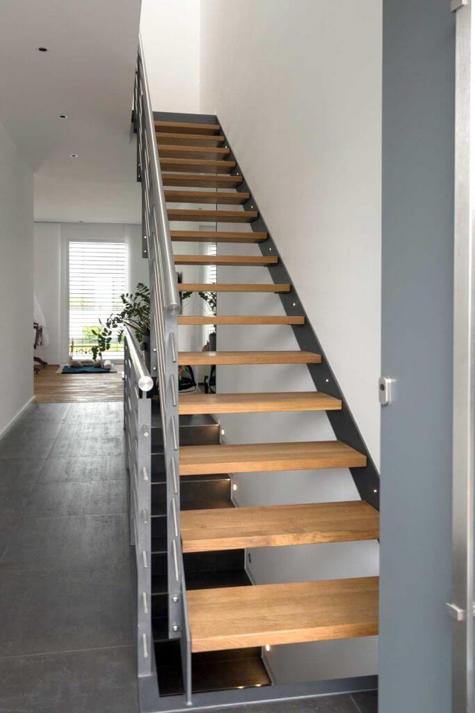 Innenausbau mit Holz- Stahltreppe